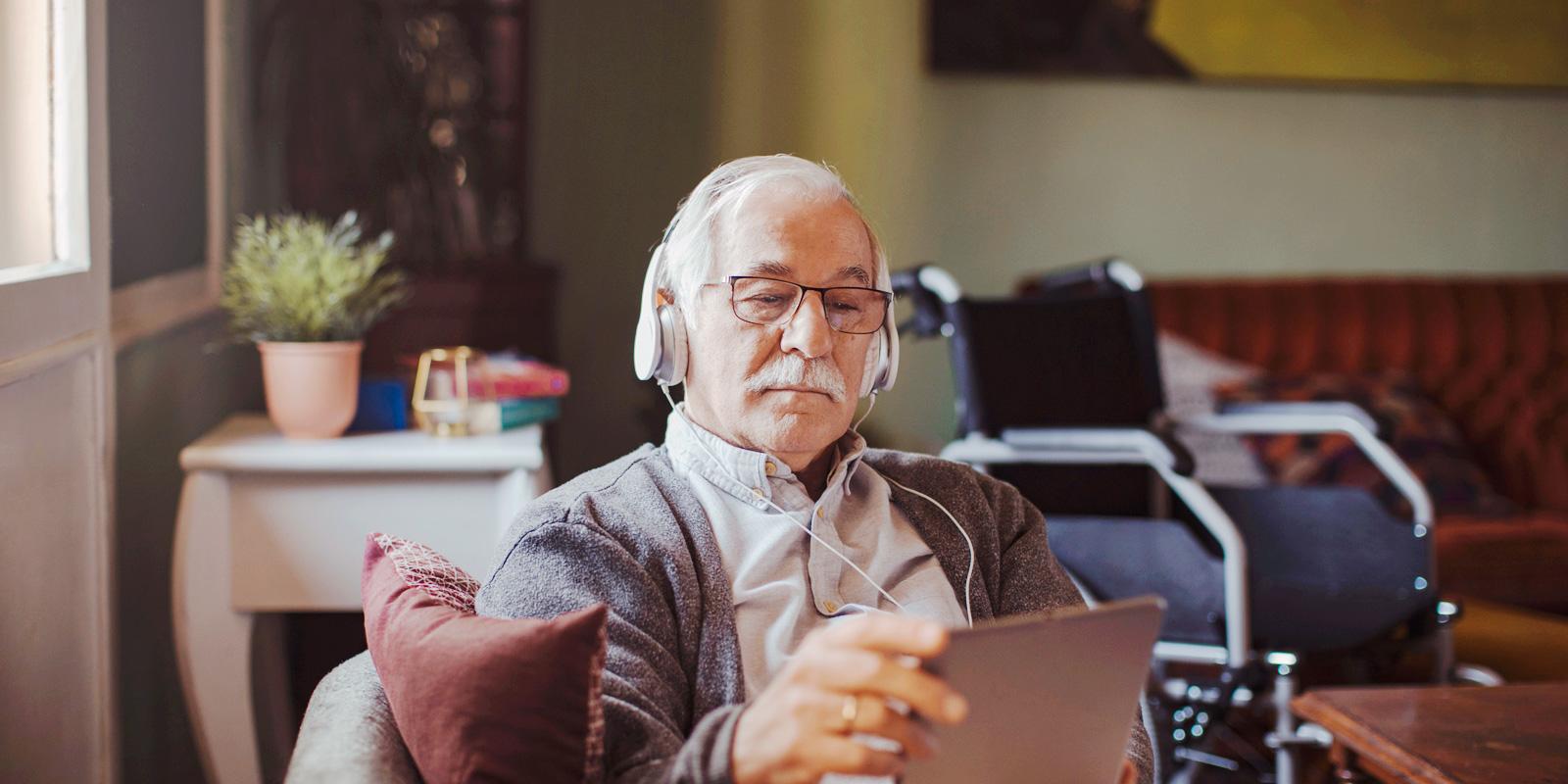 oudere man met ipad